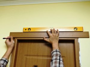 Установка наличников и доборов на двери